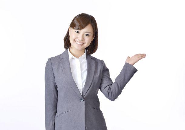 紹介をするスーツの女性