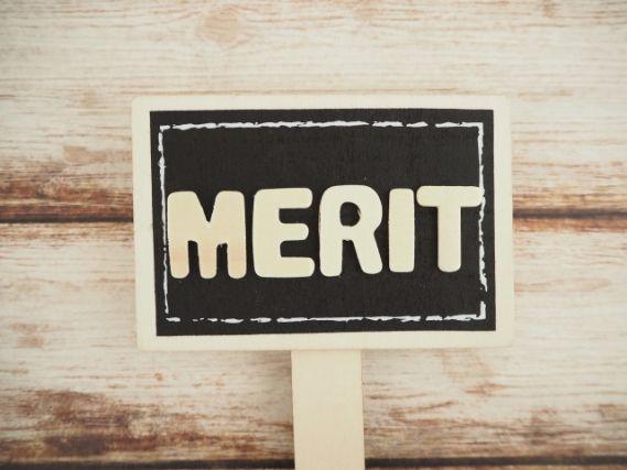 メリットの文字の書かれた看板